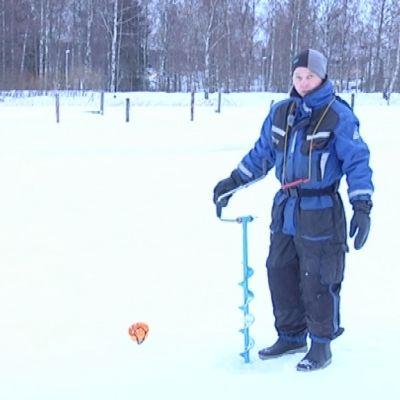 Iktyonom Sampo Vainio på Borgå å
