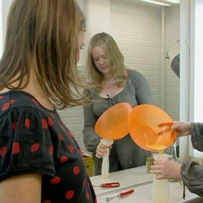 Äggula är bra för håret, som Pippi Långstrump sa en gång. Äggula är också en ingrediens i det alternativa schampo Maria Melin blandar till. Bild: YLE