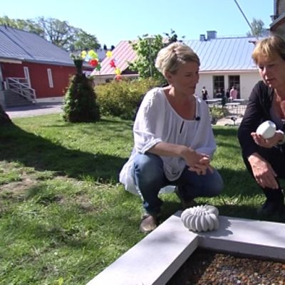 Stina Lindholm visar ett av sina prydnadsföremål i betong