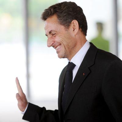 Sarkozy har blivit ombedd att medla för att rädda sitt parti