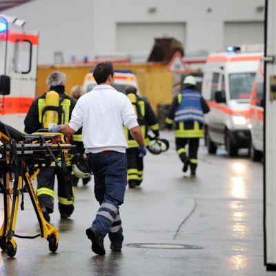 Brandmän utanför en verkstad för handikappade i sydvästra Tyskland