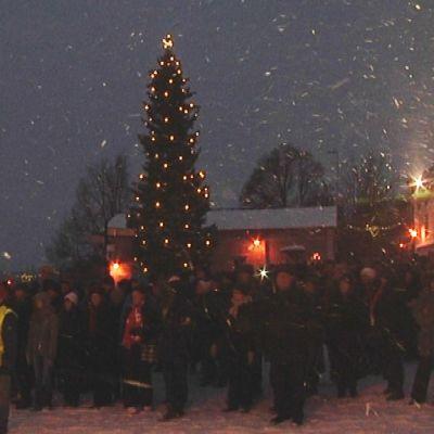 Folk på Gamla Rådhustorget i Borgå ysnar på julfridsutlysning
