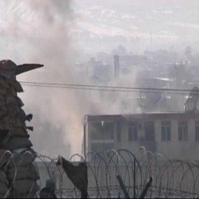 Talibaner anfaller en polisstation i Kabul