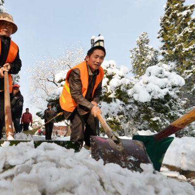 Snö röjs i Peking 20.03.2013