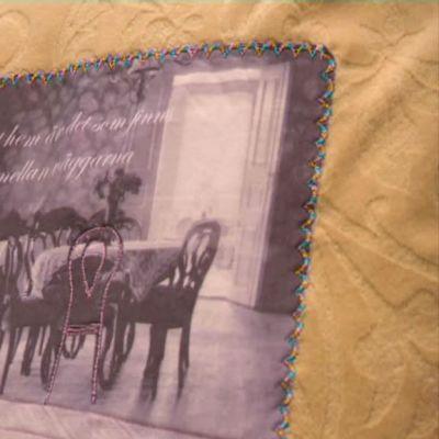 Broderad kudde med foto.