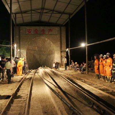 Räddningsarbetare vid ingången till gruvan Taozigou 11.05.2013.