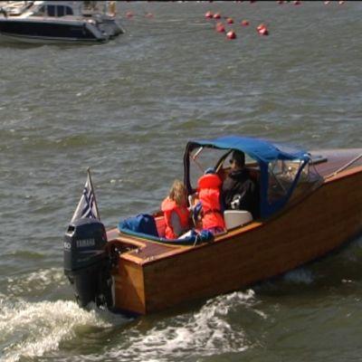 Träbåt med utombordsmotor