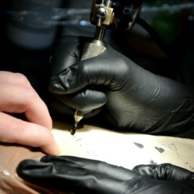 Karin Westerlund övar att tatuera.