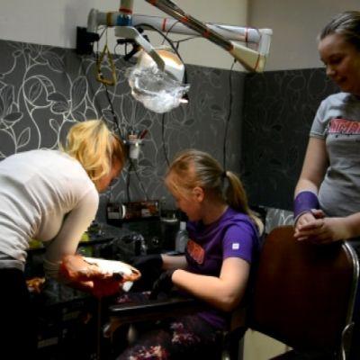 Ronja Berg, Karin Westerlund och Anna-Matilda Rosendal i Timppas tattoo i Svartå.