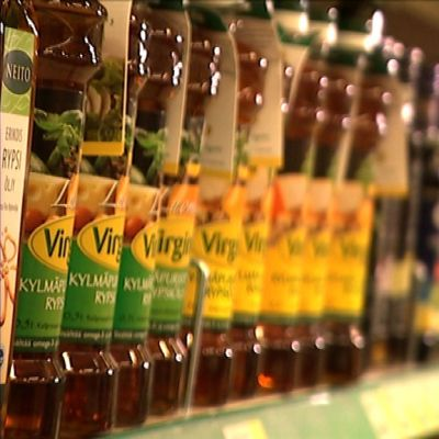 Ruokaöljypulloja kaupan hyllyssä