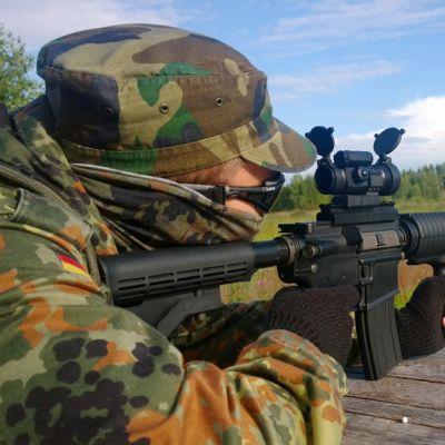 Airsoft pelaaja harjoittelee ampumista.