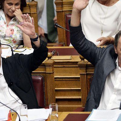 Euclid Tsakalotos ja  Giorgos Stathakis äänestivät Kreikan parlamentissa Ateenassa perjantaina.