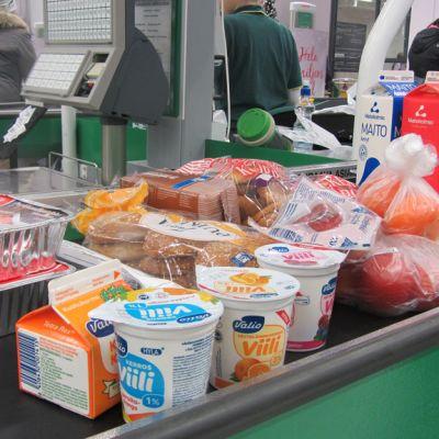 Kuvassa ruokaostoksia kassahihmalla