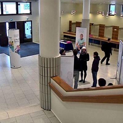 Opiskelijoita Jyväskylän yliopiston Liikunnan päärakennuksen aulassa.