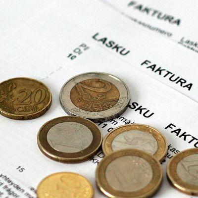 Kuvassa laskuja ja muutamia euroja.