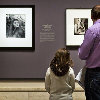 Isä ja lapsi taidemuseossa.