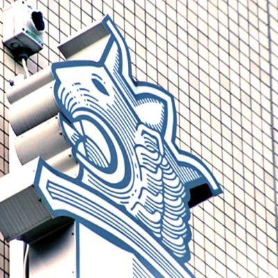 Poliisin tunnus Pasilan toimitalon seinällä.