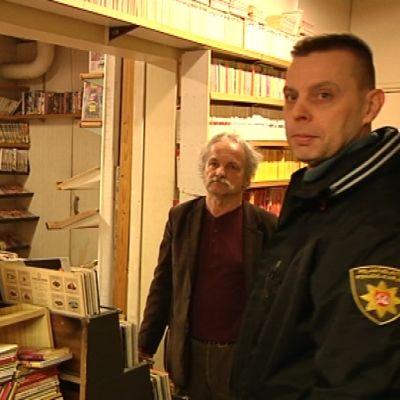 Antikvaarisen kirjakaupan yrittäjä Ari Santala sekä vs. riskienhallintapäällikkö Tommi Mukkala.