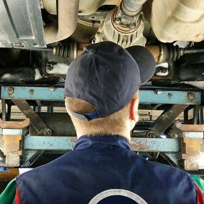 Katsastusmies tutkii auton pohjaa