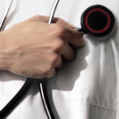 Henkilö pitää stetoskooppia kädessään.