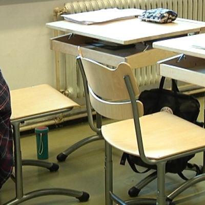 Tyhjät pulpetit luokkahuoneessa.