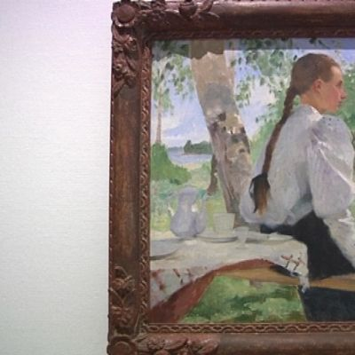 Nuori nainen istuu koivun alla, Helene Schjerfbeckin maalaus Ada Thilénistä.