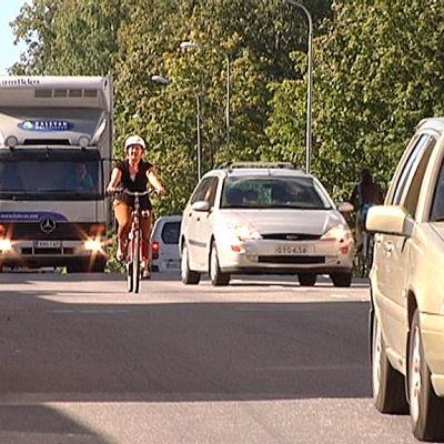 Pyöräilijä liikenteessä.