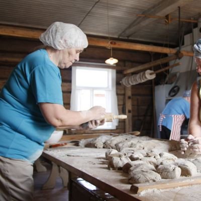 Liisa Ruottinen ja Marja-Kaisa Heikkinen leipovat ruisleipää Vaalan Lamminahon talon perinteisessä leivontapäivässä.