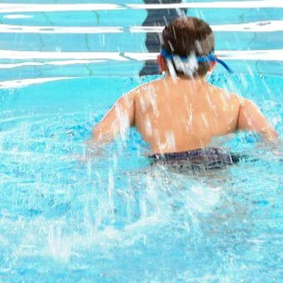 Poika ui vedessä