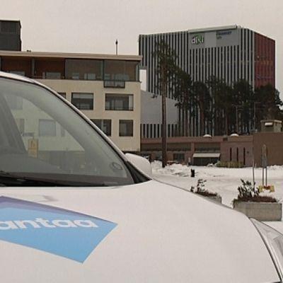 Vantaan uusi logo teipattuna kaupungin henkilöstön ajoneuvossa.