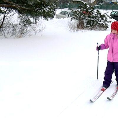 Lapsia hiihtoladulla