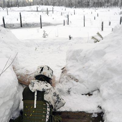 Jääkäri tuliasemassa Kuhmon Vuosangassa.