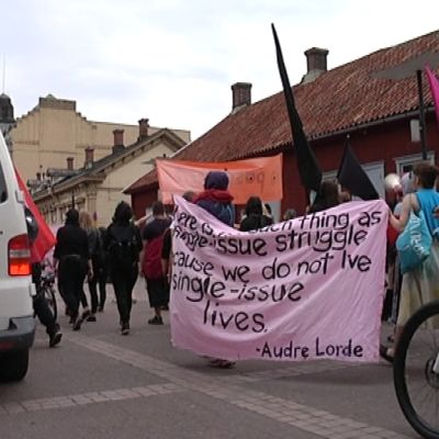 Anarkistien mielenosoitus kiersi Aurajoen rannoilla.