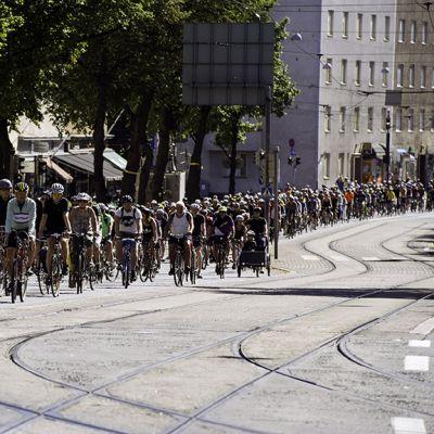 Pyöräilijöiden kulkue ajaa Mannerheimintiellä.