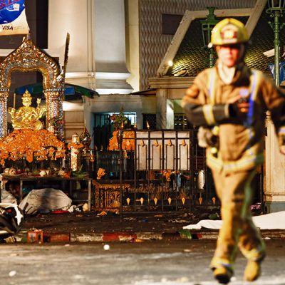 Palomies tutkii räjähdyspaikkaa Erowan pyhäkön luona Bangkokissa