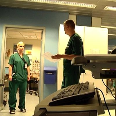 Keski-Suomen keskussairaalasta kuva, jossa tietokoneita etualalla.