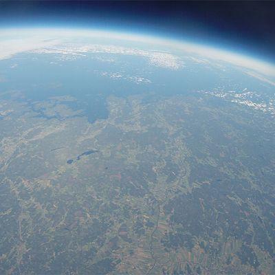Kuvassa näkyy maapalloa kymmenien kilometrien  korkeudelta kuvattuna.