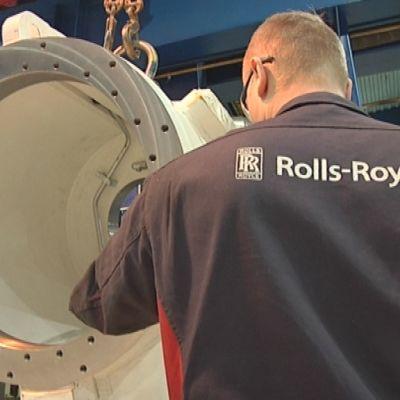 Mies tekee töitä Rolls-Roycen tehtaalla Raumalla.