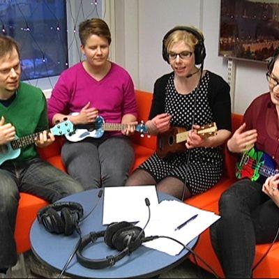 Musiikinopettaja Outi Koivuniemi opettaa Yle Tampereen toimittajille ukulelen soittamista.