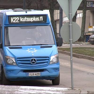 Kutsuplus-palvelun pikkubussi pysäkillä.