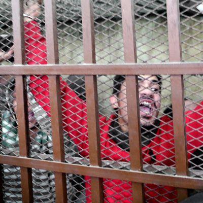 Kylpyläiskussa pidätetty mies iloitsee vapautuspäätöstä oikeussalissa Egyptissä.