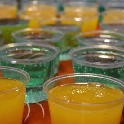 Keltaista ja viherää juomaa laseissa.