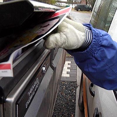 Postia jaetaan laatikkoon