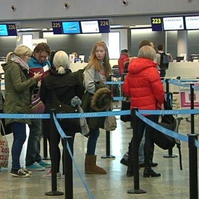 Lentomatkustajia Helsinki - Vantaa -lentoasemalla