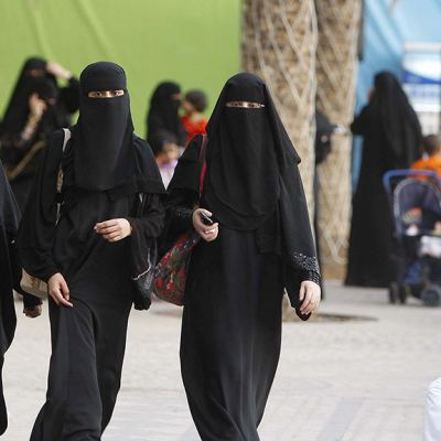 Saudiarabialaisia naisia saapumassa moskeijasta.