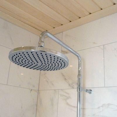Kuvassa pesuhuoneen suihkutila