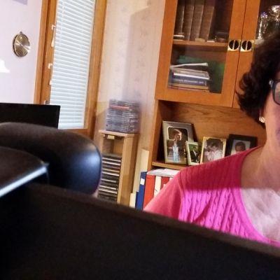 Nainen katsoo tietokoneen näyttöä