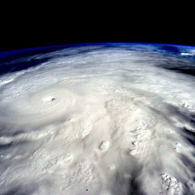 Avaruudesta otettu valokuva hirmumyrskyn muodostamasta kierteisestä pilvestä.