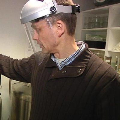 Tuomas Kauppila kurkistaa syväjäädytyssäiliöön.