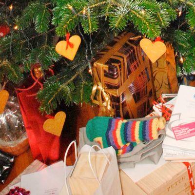 Lahjapaketteja joulukuusen alla.